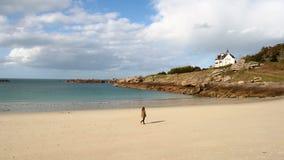 Dziewczyny odprowadzenie pustą plażą zdjęcie wideo