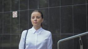 Dziewczyny odprowadzenie w mieście biały bluzka biznesu styl zdjęcie wideo