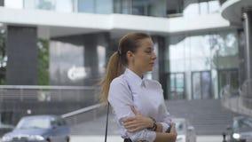 Dziewczyny odprowadzenie w mieście biały bluzka biznesu styl Dziewczyna mrozy w wiatrze zbiory