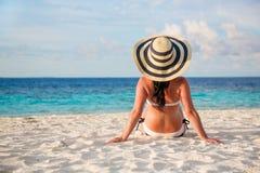 Dziewczyny odprowadzenie wzdłuż tropikalnej plaży w Maldives fotografia stock