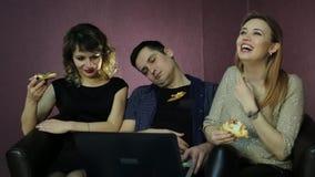 Dziewczyny oglądają seriale telewizyjnych i mężczyzny powalać uśpionego od nudy zdjęcie wideo