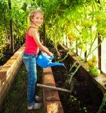 dziewczyny ogrodowy podlewanie zdjęcie stock