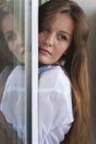 dziewczyny okno obraz stock