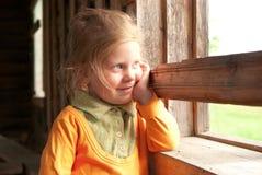 dziewczyny okno pobliski uśmiechnięty Obraz Stock