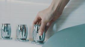 Dziewczyny otwarcia metalu rozjarzony faucet wanna w łazience Woda higiena zdjęcie wideo