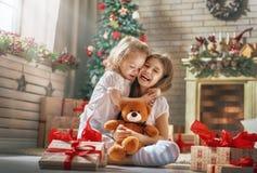 Dziewczyny otwiera prezenty obrazy stock