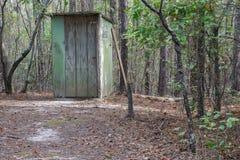Dziewczyny Outhouse W drewnach Obraz Royalty Free