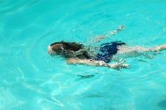 dziewczyny pływać pod wodą obrazy stock