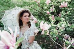 Dziewczyny panna młoda blisko kwiatonośnego drzewa zdjęcie royalty free