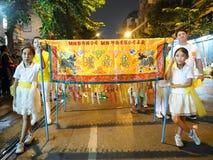 Dziewczyny parady chwyta porcelanowy sztandar przy nocą Zdjęcia Royalty Free