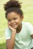dziewczyny parkowego portreta siedzący potomstwa zdjęcie royalty free