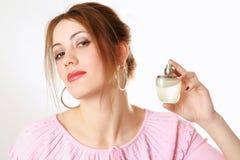dziewczyny perfumy gospodarstwa, Zdjęcia Stock