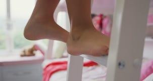 Dziewczyny pięcie na odgórnym koi łóżku w sypialni przy wygodnym domem 4k zdjęcie wideo