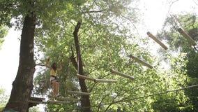 Dziewczyny pięcie w przygoda parku zdjęcie wideo