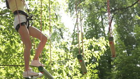 Dziewczyny pięcie w przygoda parku zbiory wideo
