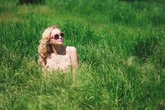 dziewczyny piękna łąka Obrazy Royalty Free
