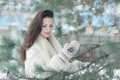 dziewczyny piękna lasowa zima zdjęcia stock