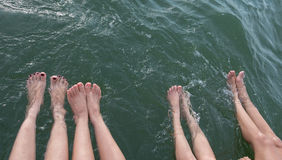 Dziewczyny piękna nogi w basenie robi pluśnięciom płytkiej głębii zdjęcia royalty free