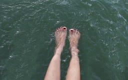 Dziewczyny piękna nogi w basenie robi pluśnięciom płytkiej głębii obraz royalty free