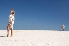 Dziewczyny piękni stojaki na tle faceta przybycie od daleko zdjęcie royalty free