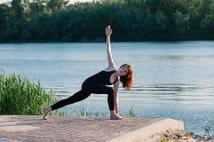 Dziewczyny pi?kna joga wsch?d s?o?ca jezioro outdoors zdjęcia royalty free