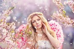dziewczyny piękna ogrodowa wiosna Obrazy Stock