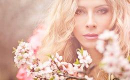dziewczyny piękna ogrodowa wiosna Zdjęcia Royalty Free
