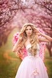 dziewczyny piękna ogrodowa wiosna Obraz Royalty Free