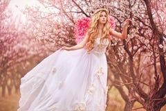 dziewczyny piękna ogrodowa wiosna Zdjęcia Stock