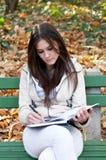 Dziewczyny piękny studiowanie zdjęcia stock