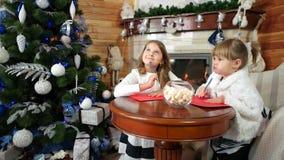 Dziewczyny piszą listach Santa, magiczni boże narodzenia czasy, życzenia przychodzą prawdziwego, dzieciak wizyta Santa Claus zbiory wideo