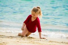 dziewczyny plażowej mała gra zdjęcie royalty free