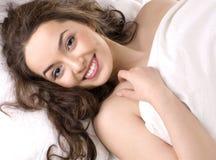 dziewczyny poduszki portreta sypialni potomstwa Fotografia Royalty Free