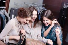 Dziewczyny podziwiają zakupy Obrazy Royalty Free