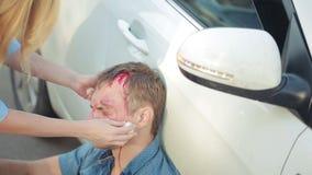 Dziewczyny pomagać raniący w wypadku samochodowego mężczyzna pieszy raniący w wypadkach drogowych zdjęcie wideo