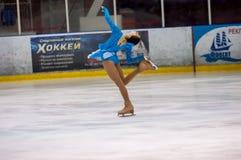 Dziewczyny postaci łyżwiarka wewnątrz przerzedże łyżwiarstwo Obraz Royalty Free