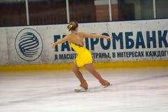 Dziewczyny postaci łyżwiarka wewnątrz przerzedże łyżwiarstwo Zdjęcia Royalty Free