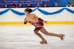 Dziewczyny postaci łyżwiarka wewnątrz przerzedże łyżwiarstwo, Orenburg, Rosja Zdjęcie Royalty Free