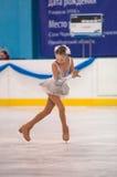 Dziewczyny postaci łyżwiarka wewnątrz przerzedże łyżwiarstwo, Orenburg, Rosja Zdjęcia Stock