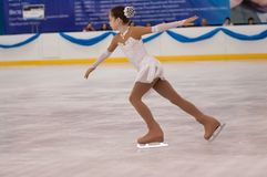 Dziewczyny postaci łyżwiarka wewnątrz przerzedże łyżwiarstwo, Orenburg, Rosja Obraz Stock