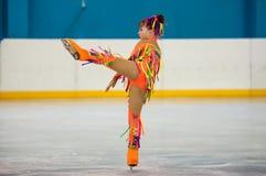 Dziewczyny postaci łyżwiarka wewnątrz przerzedże łyżwiarstwo, Orenburg, Rosja Obraz Royalty Free