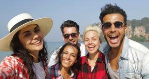 Dziewczyny powitania grupy brać Selfie fotografię Na plaży Na komórka Mądrze telefonu Szczęśliwych Rozochoconych turystach Na wak zdjęcie wideo