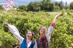 Dziewczyny pozuje podczas róży zrywania festiwalu w Bułgaria Obraz Royalty Free