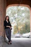 Dziewczyny pozycja blisko ściana z cegieł Zdjęcia Stock