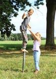 Dziewczyny pozycja na żelaznym filarze z kciukiem up obrazy royalty free