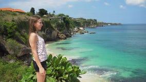 Dziewczyny pozycja na falezie i patrzeć morze bali Indonesia zbiory