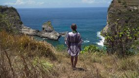 Dziewczyny pozycja na falezie i patrzeć morze bali Indonesia zdjęcie wideo