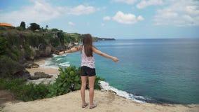 Dziewczyny pozycja na falezie i patrzeć morze bali Indonesia zbiory wideo