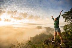 Dziewczyny pozycja na górze góry Obraz Royalty Free