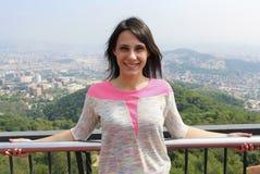 Dziewczyny pozycja na górze Tibidabo góry, Barcelona Zdjęcie Royalty Free